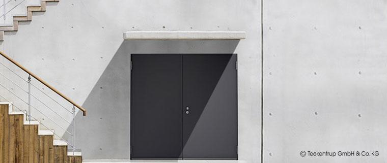 Feuerbeständige und selbstschließende Tür im Außenbereich inkl. Witterungsschutz